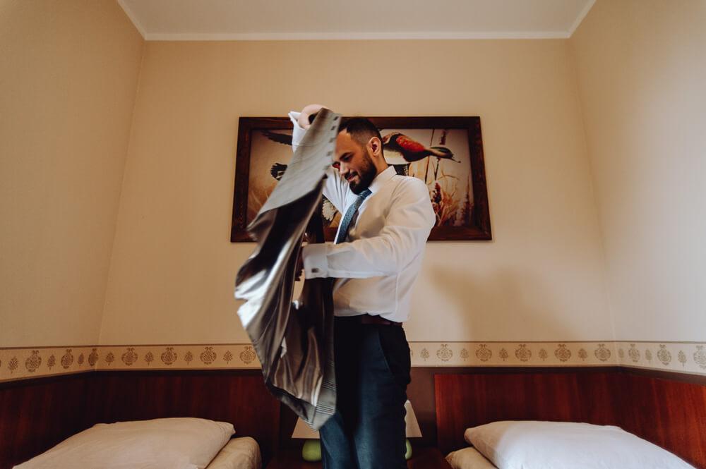 fotograf przy przygotowaniach do ślubu